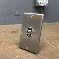 トグルスイッチプレート フラット&BLACK文字プレート 1個用 インダストリアル|lamps1122