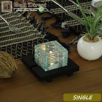 バリガラスを1枚1枚積み上げて作ったキャンドルホルダー。火を灯すと光がキラキラとカットガラスに拡散し...