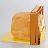 ホームベーカリーで作った焼きたての柔らかいパンを均一の厚さに切ることができるパン切りガイドを使って、...