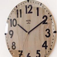 スモーキーな木目カラーがおしゃれな壁掛け時計。ナチュラルから北欧テイスト、レトロまで、いろんな部屋に...