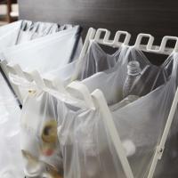 45?ゴミ袋とレジ袋を掛けられる開閉式ダストスタンド。袋を掛けた状態で口が閉じられる衛生的な構造です...