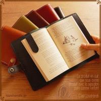 ■全品ラッピング・送料無料 本格牛革を使用したブックカバーは上品な艶としなやかな手触りで、上質な読書...