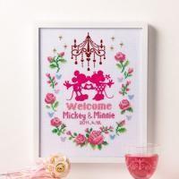 お花やリボンなどかわいいモチーフが魅力のウェルカムボード。中心のミッキー&ミニーとシャンデリ...