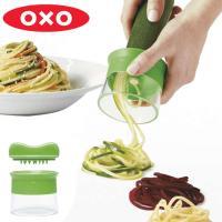 OXOのベジヌードルカッターです。野菜をくるくる回して、簡単に麺状にカットすることができます。初めて...