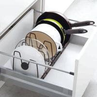 シンク下の引き出しで便利に使えるフライパン&鍋ブタスタンドです。フレームの長さや仕切りパーツの間隔が...