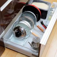 システムキッチンの引き出しにピッタリサイズの、フライパンスタンドです。通常重ねて収納するフライパンや...