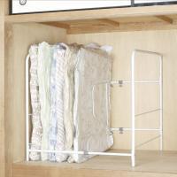 ●立てて収納力アップ。圧縮しても寝かせると横幅をとる布団を、立てて収納できるアイデアラック。縦向きな...