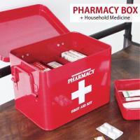 大きめな十字マークが可愛いスチール製の救急箱です。内側に仕切りがあり、取り外しできるトレーが付いてま...