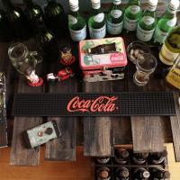 お馴染みブランド「コカ・コーラ」のラバー製バーマット!\( ̄∇ ̄+)  黒赤の配色なので「コカ・コー...