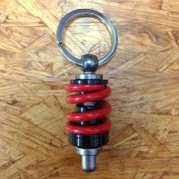 車やバイクのパーツをリアルに再現したキーホルダー!\( ̄∇ ̄+)  重厚な金属製で、本物のパーツの様...