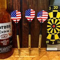 シンプルでスタンダードなパーツで構成されたダーツ(矢)の3本セットです。  アメリカで一般的に売られ...