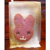 きび砂糖のアイシングでかわいいウサギを描いた紫いものクッキー(2枚入り)です。 レース模様のかわいい...