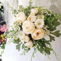 ◆商品説明◆ お花の茎を切り揃え、リボンや紐でざっくりとまとめて1つの花束にしたクラッチブーケです。...