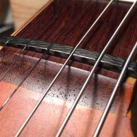 テンションや音色、弾きやすさはナットの溝を調整することで変わってきます。ギター本来のパフォーマンスを...