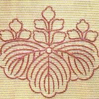 まつい繍 -下絵の線に添って、カタカナの「ノ」の字のように、少しずつ重ねながら繍う技法。   紋の数...
