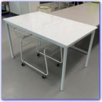 コインランドリーのお客様の洗濯物たたみ用テーブルです。  天板が傷つきにくい鏡面(PU)仕上げで、コ...