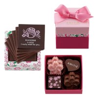 2段構造になったコンパクトなキューブボックスには、ラッキーメッセージをプリントしたカード型のチョコレ...