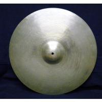 <ドラムス・ライドシンバル> ロゴ無しの70年代のジルジャンシンバルと考えられます。