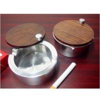 使用しない時にはフタが閉じた状態にできる、オシャレで実用的な アルミ製の蓋付き灰皿のウッドバージョン...