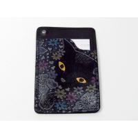 及川浩さんの オール手染めドイツヌメ牛皮革のパスケース 花畑猫(黒)です。カード、診察券入れとしても...