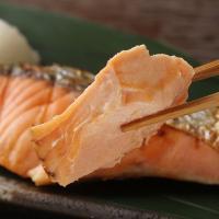 【天然ならではの旨み。脂ののった新巻鮭】北海道日高沖の定置網で水揚げした新鮮な秋鮭を厳選して仕立てた...