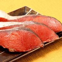 【脂ののりと豊かな風味は、冷たい海で育った紅鮭ならでは!温かいご飯や日本酒と相性◎】身の色が美しい赤...