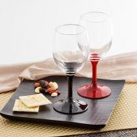 インパクトのある漆塗で鮮やかに脚部を彩った気品漂う和テイストのワイングラスです。朱と黒のペアになって...