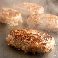 【神戸牛と神戸ポークの合い挽きミンチと甘みのある淡路島玉ねぎを使用したビッグサイズの贅沢ハンバーグ。...