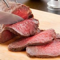 【特製のタレ付。神戸牛のもも肉を100%使った贅沢ローストビーフです。】三宮駅からほど近い場所にある...