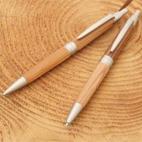 【世界でたった一つのオリジナルペン】宍粟市の山林から切り出された杉を100%使用しています。 表面に...