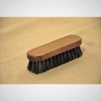 馬毛製。長さ10.8センチ、毛足長さ2cm  靴クリームの塗布やホコリ落としなどに使用します。  *...