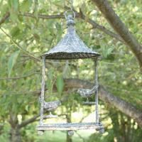 小鳥がとまったアンティーク加工のアイアン製バードフィーダー。餌を設置してお庭でバードウォッチング。小...