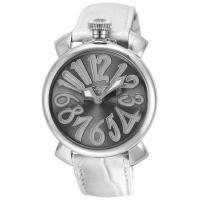 ガガミラノの特徴でもある懐中時計をモチーフにしたデザイン。 グレー文字盤にユニークなアラビア数字のイ...