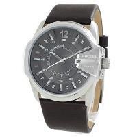 デイカレンダー機能搭載のラウンド型腕時計です。 3時位置にリューズ、クリスタルガードがついています。...