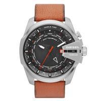 ワールドタイム、デイカレンダー機能搭載のラウンド型腕時計です。 3時位置にはブランド名を配置。 様々...
