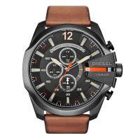 デイカレンダー、クロノグラフ機能搭載のラウンド型腕時計です。 3時位置にはブランド名を配置。 様々な...