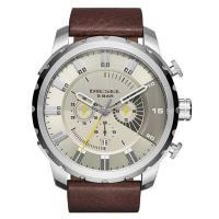 クロノグラフ、デイカレンダー機能搭載のラウンド型腕時計です。 12時位置にはブランド名を配置。 場面...
