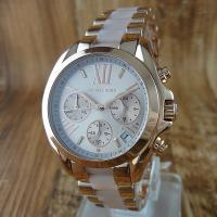 大人気のローズゴールドモデルのラウンド型腕時計です♪ デイカレンダー、クロノグラフ機能搭載。 文字盤...
