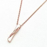 優しいラインが特徴のシンプルなスティックネックレス。 ピンクゴールドに合うカラーキュービックの ライ...