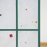 障子紙。白地の和紙に、カラフルな色紙が漉き込まれた障子紙です。障子のりで貼ることができます。  ◎障...