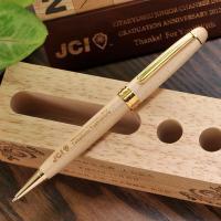 木製のボールペンにレーザー彫刻で 文字をいれてオリジナルのボールペンに仕上げます! こげ茶色の文字に...