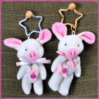 白とピンクでできた豚のお人形がとっても可愛い! 女の子らしさをアピールしてくれそう! お好きなチャー...