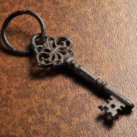 錆びた鉄錆のような 古めかしい鍵のチャーム。大きくてボリュームも満天。なんにつかうかはアイデア次第。...
