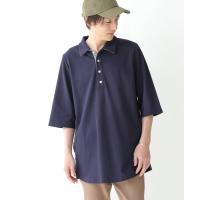 襟元がさりげなく配色なのがポイントになる、計算されたサイジングのポロシャツ。襟元はパイルのような生地...