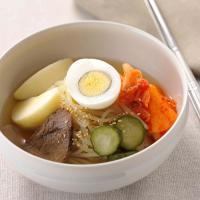 焼肉・冷麺の人気店「ぴょんぴょん舎」の味が再現できるセット。麺、スープのほかキムチ、味付牛肉、きゅう...