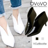 Vカットの狭い履き口がPOINTのシンプルなパンプス。 Vのラインが足の甲を細く長く見せる効果があり...