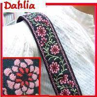 ピンクのダリア花柄ストラップ。ピンクと赤のダリア花と葉はパステルグリーン色。全体的にパステル模様が黒...