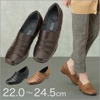 桐から作ったヒールを使用している優しい履き心地のシューズ。シャーリング加工のお洒落なデザインが魅力。...