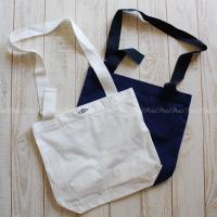 ロンハーマンオリジナルの、キャンバス地バッグです。  ファッション誌が縦にちょうど入るくらいの大きさ...
