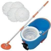 回転モップはペダルを踏むことで遠心力を使い、モップをグングン脱水できます。汚れた水は飛び散りにくく、...